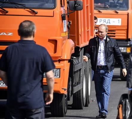 Путин стигна со камион на Крим, отворен чудесен мост