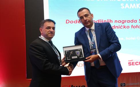 Доделување специјална награда од претседателот на Српската асоцијација на менаџери за корпоративна безбедност, проф. д-р Драган Триван, Белград, 2016 година