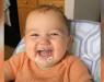 Преслаткото бебе не може да престане да се смее додека јаде шлаг